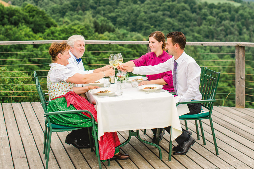 Familie Kappel auf der Terrasse | © Weingasthof Kappel